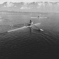 Aviron 1 place en train de naviguer sur un lac