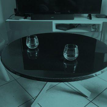 Table basse avec un pied en bois et un plateau en carbone