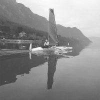 Trimaran en train de naviguer sur un lac